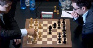 Caruana e Carlsen em jogo durante o jogo 9.